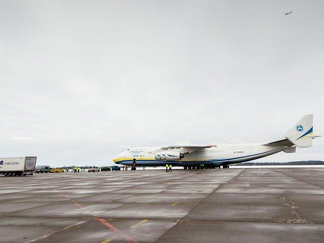 Největší nákladní letadlo světa AN-225 Mrija na ploše ostravského letiště v Mošnově.