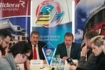 Prodloužení smlouvy mezi Riderou a hokejovým týmem HC Vítkovice. Na fotografii vlevo Václav Daněk z Ridery (vpravo) Aleš Pavlík za HC Vítkovice.