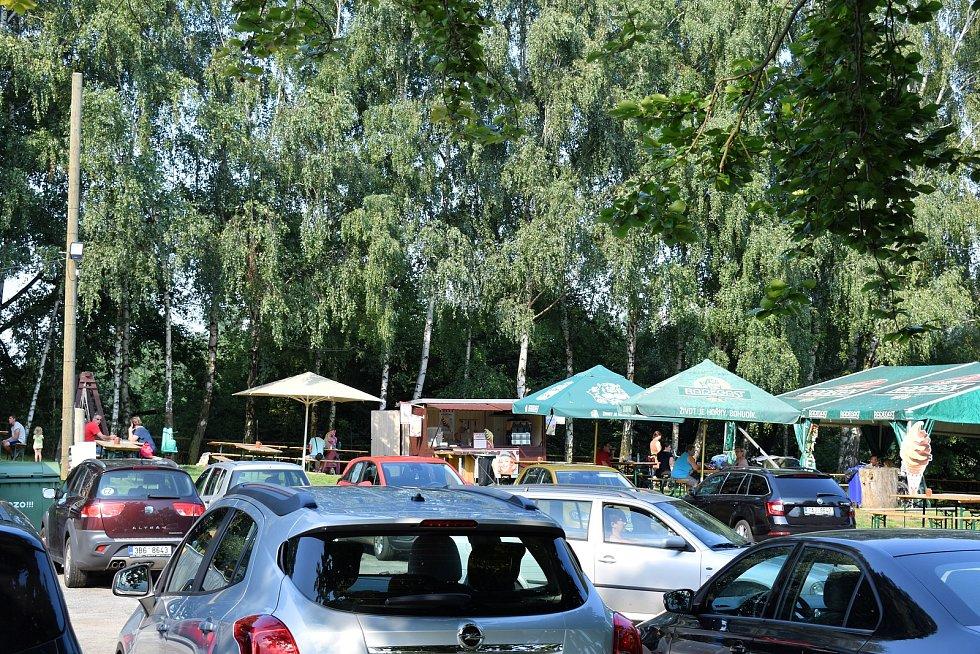Restaurace se nachází v bývalé smuteční síni u hřbitova.