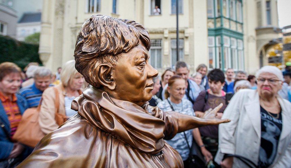 Slavnostní odhalení sochy Věry Špinarové v Husově sadu.