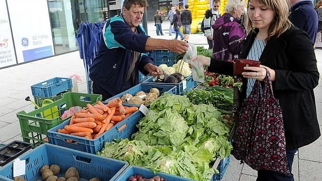 Výrobky od regionálních producentů byly v sobotu 18. května dopoledne k dostání u obchodního a zábavního centra Forum Nová Karolina, kde se poprvé konaly farmářské trhy.