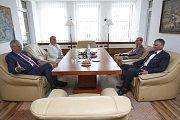 Před diskuzí s krajskými zastupiteli a starosty obcí pozval hejtman Ivo Vondrák s manželkou Marcelou prezidentský pár do své pracovny.