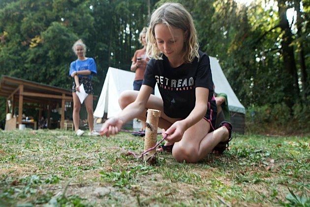 Skauti tábořící na břehu přehrady Slezská Harta se práce nebojí a umí si poradit v každé situaci. Při svých hrách získávají zkušenosti, které je učí, aby byli vždy připraveni.