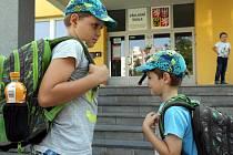 Milošek s Matyáškem před ZŠ Dvorského v Bělském Lese, kam je musí zatím rodiče vodit. ZŠ Mitušovu v Hrabůvce měli předtím pod okny.