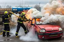Hasiči trénovali hašení aut jezdící na alternativní pohon.
