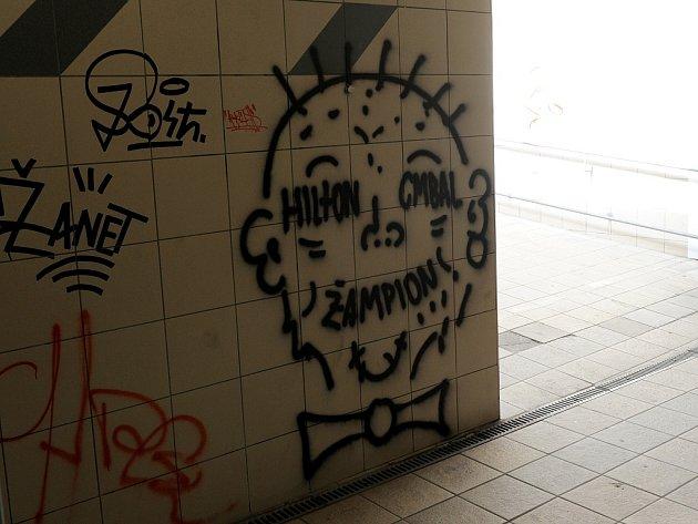 Nevkusné čmáranice a podpisy hyzdí Ostravu. Takto dopadl nedávno opravený podchod u Stodolní ulice.