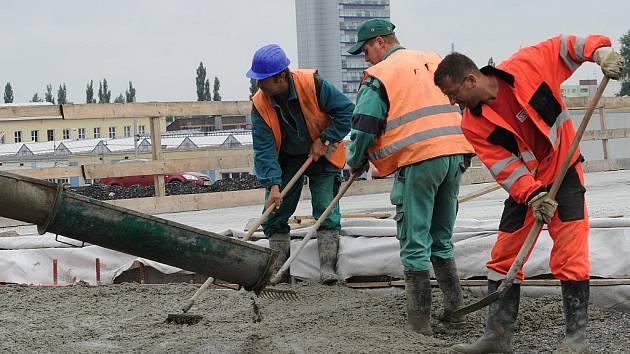 Práce na prodloužení Místecké ulice k dálnici