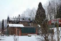 Šest jednotek hasičů bojovalo v pátek ráno a dopoledne s požárem, který zachvátil sedlovou střechu domu v Šenově na Ostravsku.