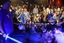 Studenstská pařba vyvrcholila v klubu Barrák, kde proběhlo i tradiční pasování prváků na řádné studenty.