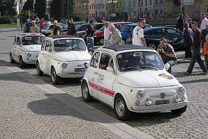 Setkání členů Fiat klubu Ostrava v Bílovci v roce 2008. Trojice bílých fiatků dorazila na sraz z největší vzdálenosti. Jejich majitelé totiž bydlí v Itálii.