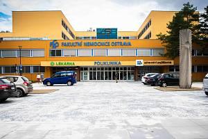 Prostor před poliklinikou porubské fakultní nemocnice po rekonstrukci.