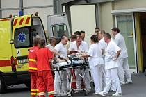 Sanitky převážely zraněné ze železničního neštěstí ve Studénce, mimo jiné také do ostravské fakultní nemocnice