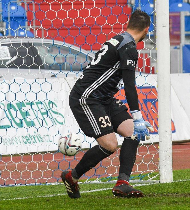 Fotbalisté Baníku Ostrava (v modro-bílém) v duelu 28. kola FORTUNA:LIGY s Mladou Boleslaví (2:1). Šeda neměl na penaltu De Azeveda šanci.