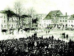 Na snímku ze 4. února 1920 promlouvá k nevelké skupině občanů Hlučína velitel československých jednotek, které město obsadily.