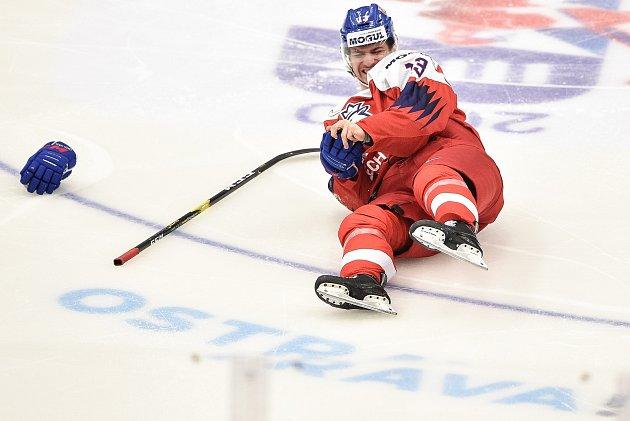 Na snímku zraněný Jakub Lauko, MS hokejistů do 20let, skupina B: ČR - Rusko, 26.prosince 2019vOstravě.