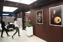 Portréty známých osobností z české podnikatelské, ale třeba i politické nebo zdravotnické sféry jsou nyní k vidění v ostravské kavárně Jet Set.