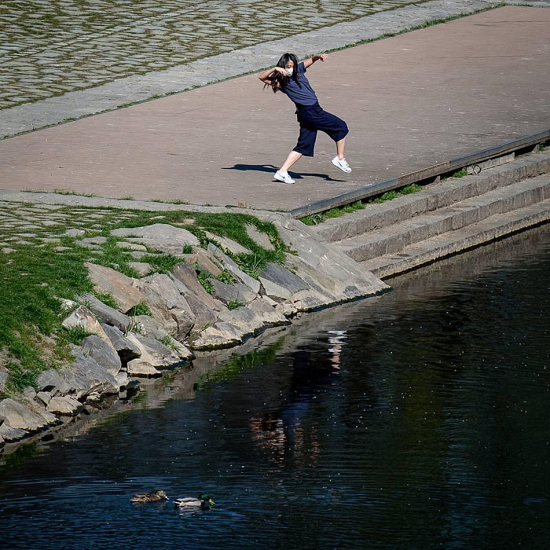 Natáčení speciálního streamu baletu NDM v rámci projektu Divadlo pod rouškou 9. dubna 2020 v Ostravě. Yu Matsumoto (Japonka) - vlastní choreografie Příroda (listí, stromy, řeka) nám dává sílu překonat karanténu a projít těžkým obdobím.
