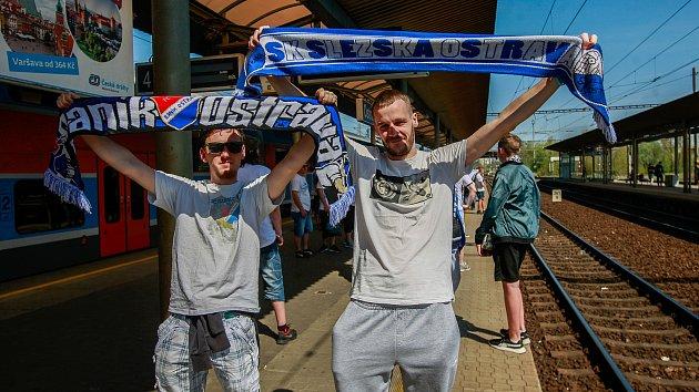 Odjezd fanoušků Baníku ze svinovského nádraží na fotbalový zápas do Olomouce.