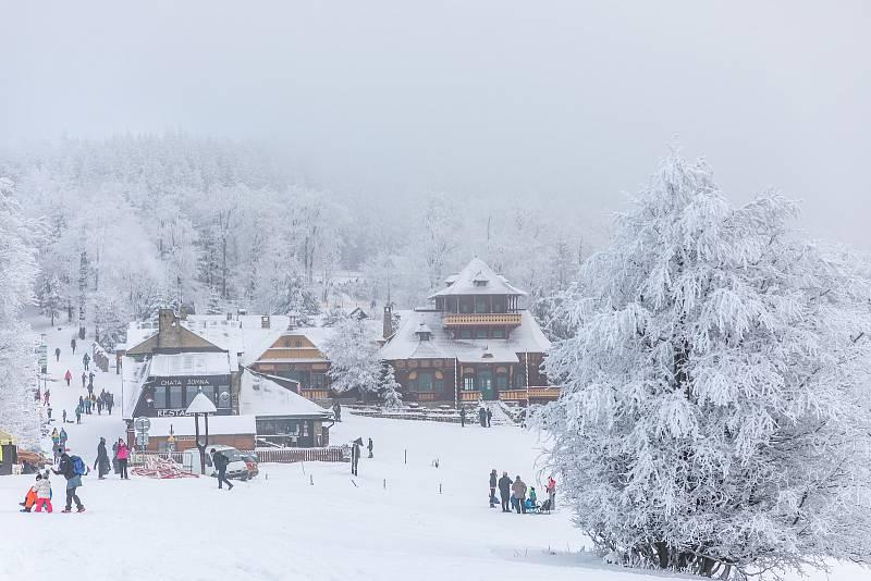 Sněhová nadílka přilákala 9. ledna 2020 návštěvníky na Pustevny v Beskydech.