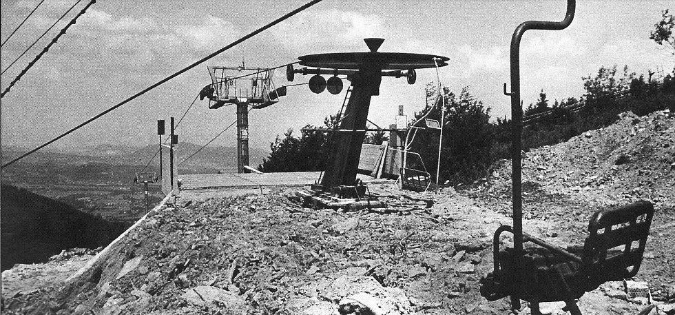 Výstavba horní stanice lanovky z Trojanovic na Pustevny v roce 1986.