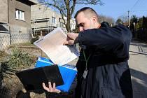 Pošťák David Greif začal obchůzku se sčítacími formuláři ulici Na Tvrzi v Muglinově.