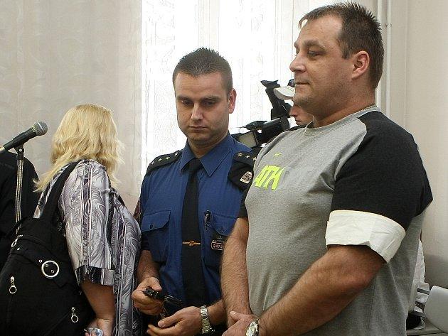 Šárka Mikšanová byla za více než šestnáctimilionovou zpronevěru odsouzena k pěti a půl roku vězení. Její milenec Roman Tomaschek, kvůli kterému se vydala na dráhu zločinu, dostal o dva roky více.