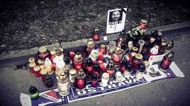 Vzpomínkové místo na Pavla Srníčka před bohumínskou nemocnicí.