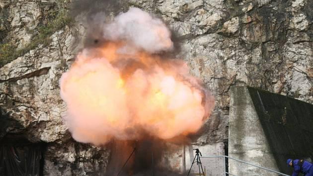 Střelmistr Otmar Ondraczka se věnuje testování výbušnin a protivýbuchových prostředků.