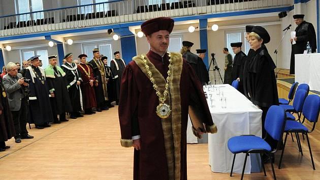 Nový rektor Vysoké školy podnikání Vladimír Krajčík se oficiálně ujal své funkce.