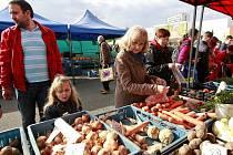 V Ostravě odstartovala sezona farmářských trhů. Výběr prozatím není tak bohatý jako v letním období, lidé si ale i ta mohou vybírat z nepřeberného množství zeleniny, ovoce, sazenic i bylinek.
