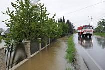 Povodně v pondělí vyháněly lidi z domovů.