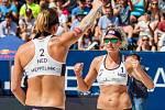 Semifinále žen Brazílie - Nizozemsko. FIVB Světové série v plážovém volejbalu J&T Banka Ostrava Beach Open, 2. června 2019 v Ostravě. Na snímku (zleva) Madelein Meppelink (NED), Sanne Keizer (NED).
