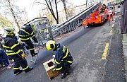 Puštíka hasiči vyprostili za pomoci automobilového žebříku.