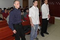 Trojice mladíků z Opavska – zleva Petr Glotzmann, Jakub Šíma a Jiří Pelant odešli v pátek od soudu s podmíněnými tresty.