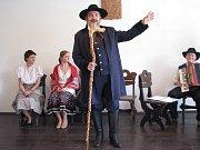 Král Zdeňa Viluš I. jen málokdy odkládá svou hůl. Výjimkou jsou například chvíle, kdy zpívá lašskou hymnu.