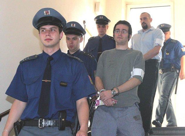 Karel Ochvat a za ním Marian Mana, obžalovaní ze zabití Petry Baloghové,  přicházejí k jednání Krajského soudu v Ostravě