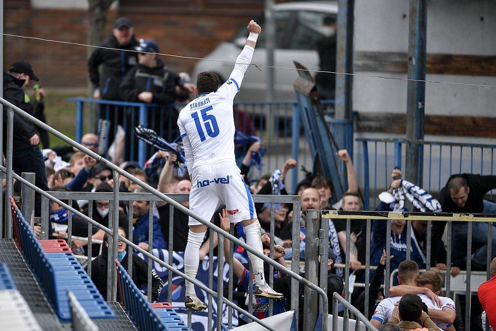 Utkání 29. kola první fotbalové ligy: Sigma Olomouc - Baník Ostrava, 24. dubna 2021 v Olomouci. Tým Baníku oslavuje druhý gól s fanoušky (Patrizio Stronati z Ostravy).