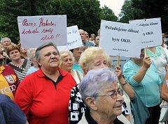 Ilustrační snímek připomíná loňskou demonstraci nájemníků bytů RPG Real Estate, která se uskutečnila v Ostravě-Porubě