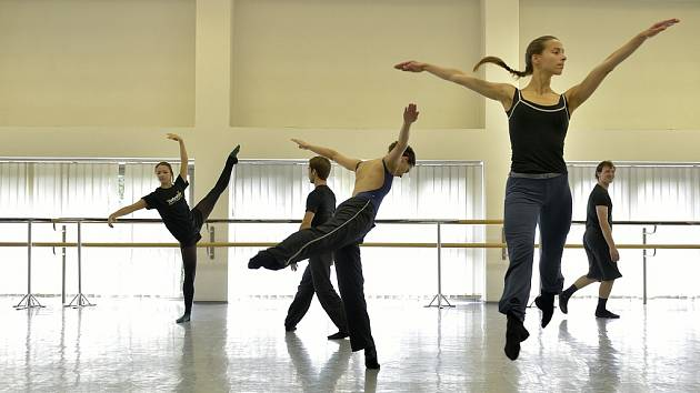 SNÍMEK ZE ZKOUŠKY na hudebně taneční performanci Pocta Cunninghamovi.