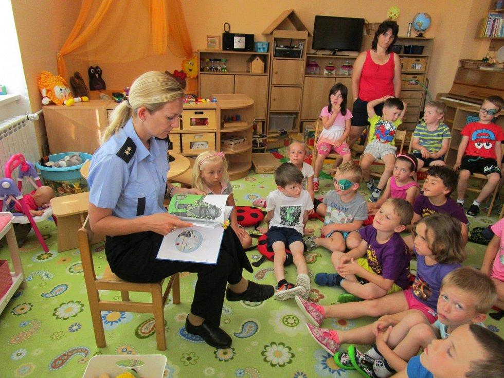 Policistka čte dětem v pardubické MŠ
