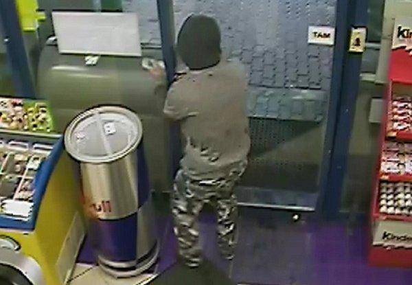 Neznámý lupič ozbrojený nožem přepadl tento týden za bílého dne čerpací stanici Lukoil vMariánskohorské ulici vOstravě.