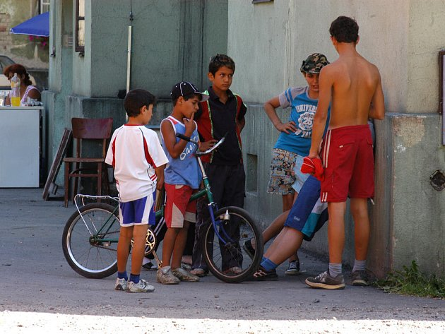 KDO SI HRAJE, NEZLOBÍ. Bílé a romské děti si spolu hrají ve frýdecko-místecké ulici Míru. Barvu pleti přitom, zdá se, neřeší.