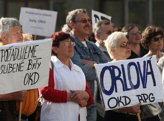 Demonstrace nájemníků bytů společnosti RPG Real Estate před Novou radnicí v Ostravě