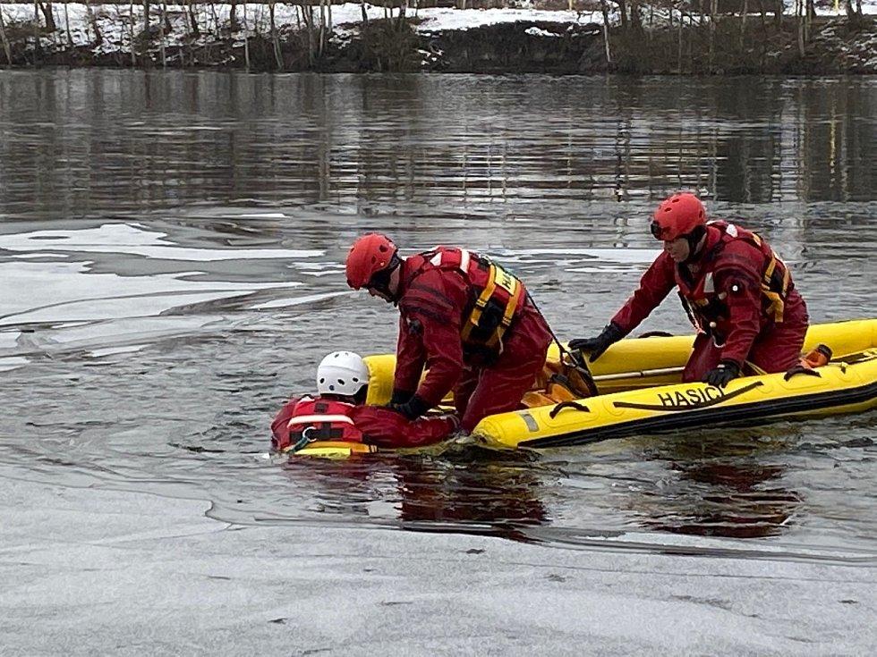 Hasiči absolvují v zimě pravidelný výcvik na zamrzlých vodních plochách.