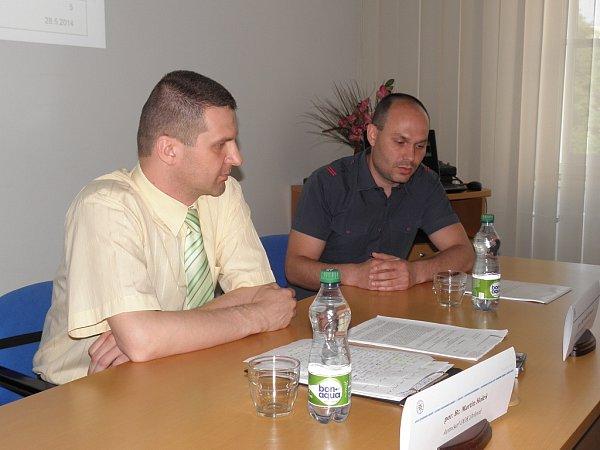 Kriminalisté Martin Holeš (vlevo) a Adam Rzymanek informovali odopadení muže, který se vloupal do 111rodinných domů ve třech krajích.