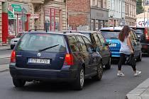 Před bezohlednými řidiči musejí ještě v úterý uskakovat chodci na ulici Nádražní v centru Ostravy, konkrétně na frekventovaném místě u křížení s ulicemi Mlýnskou a Janáčkovou.