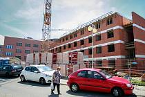 V průběhu července a srpna budou v areálu FNO probíhat práce na napojování staré a nově vznikající budovy.