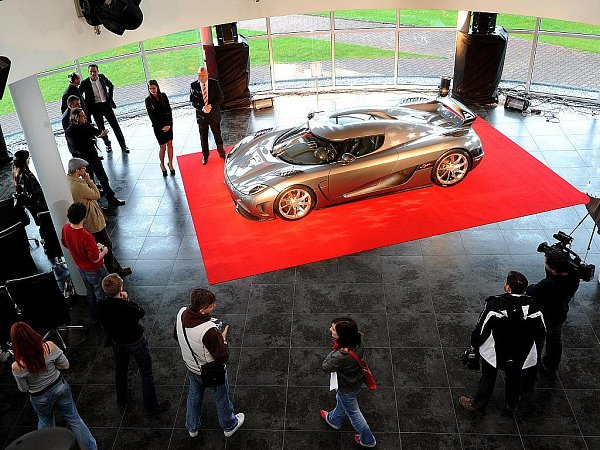 Koenigsegg Agera. Unikátní vůz při představení veřejnosti prodejce luxusních vozu AR Cars vOstravě-Hrabové.