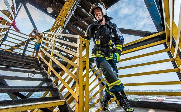 Extrémní závod Nejtvrdší hasič přežije se letos poprvé konal vatraktivním prostředí někdejšího hutního provozu.