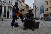 Jiráskovo náměstí v centru Ostravy zdobí od konce prosince socha Leoše Janáčka, který je zachycen v životní velikosti a kolemjdoucí si k němu mohou přisednout a třeba se s ním i vyfotografovat.